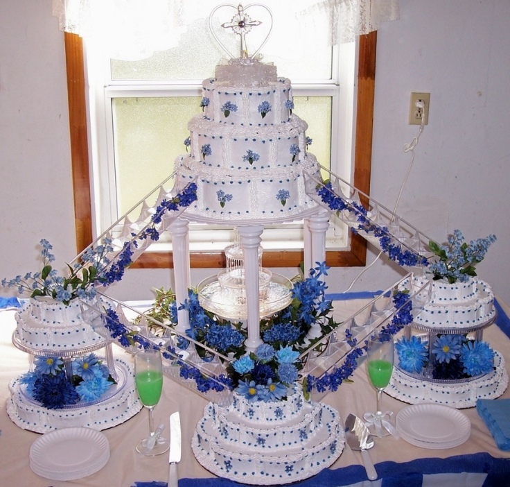 blue-fountain-wedding-cake