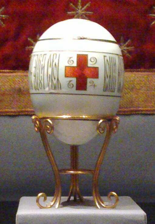 Red_Cross_with_Imperial_Portraits_(Fabergé_egg)-crop