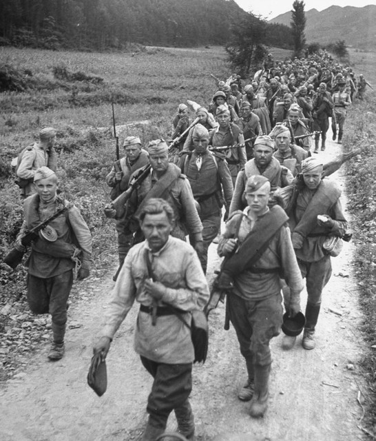 Soviet_liberators_marching_through_the_Korean_county_road._October_1945
