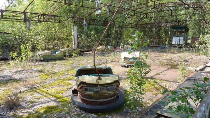 Abandoned-Places-From-Around-The-World-18-Abandoned-bumper-cars-Chernobyl-Ukraine