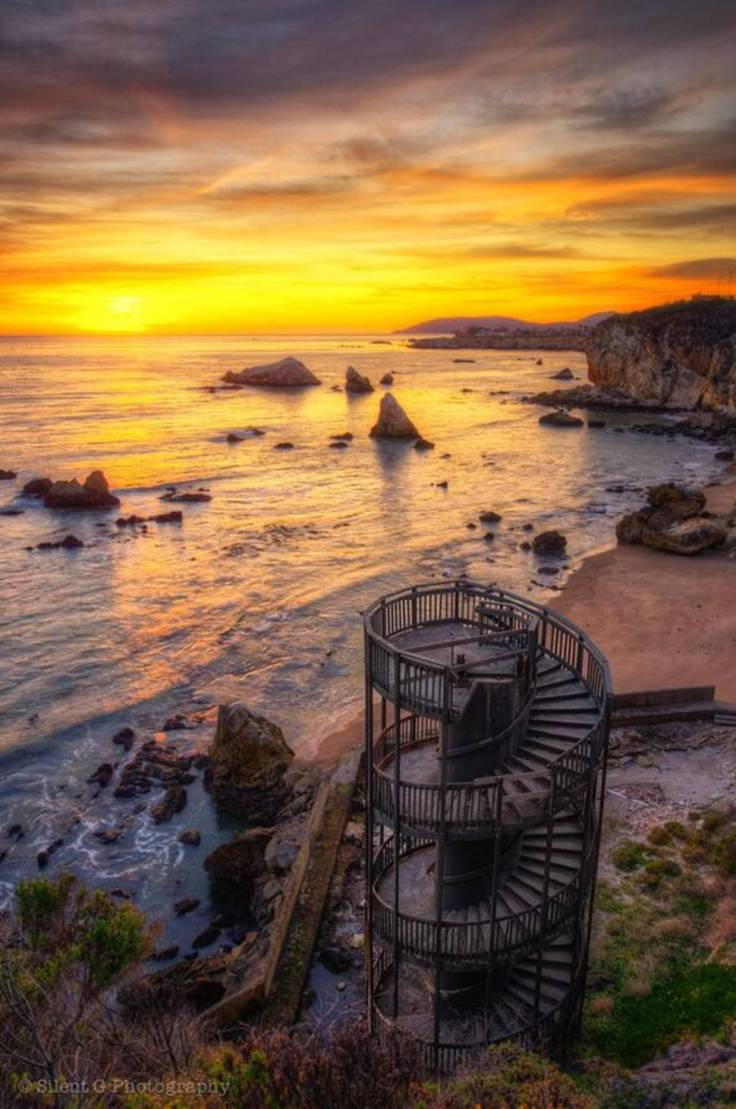 Abandoned-Places-From-Around-The-World-27-Staircase-to-nowhere-Pismo-Beach-California