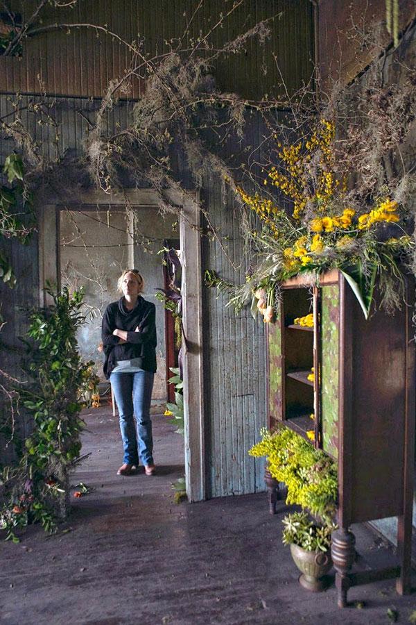 flower-house-visitors-abandoned-building-detroit